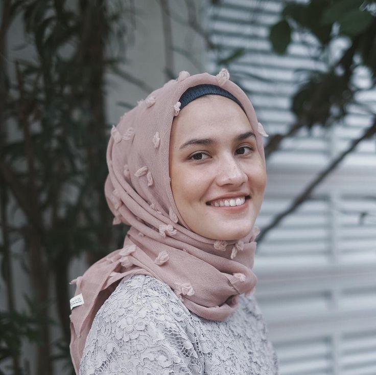 "15.8k Likes, 48 Comments - Dwi Handayani Syah Putri (@dwihandaanda) on Instagram: ""Hijab from @kinarascarves """