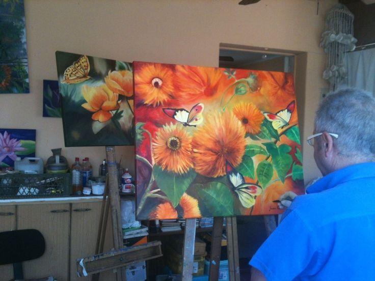 Juan Luis trabajando en sus flores.