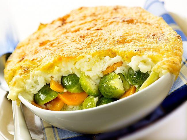 Ovenschotel van spruitjes en wortel is een lekker recept, Een heerlijke vegetarische - winterse ovenschotel voor de wintermaanden, gegratineerd met komijnekaas.