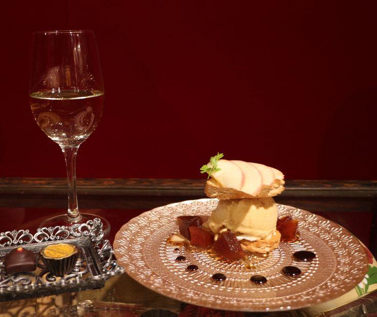7/29(金)よりキャラメルアイスとダックワーズ、チョコ2粒、ワインのセットが2500円で「イルサンジェー東京ブティック」店内で食べれます