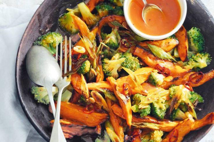 Zoete aardappel en broccoli - Veganistisch ovengerecht met een knapperig korstje en lekker veel groenten | Sinaasappeldressing       4 el sinaasappelsap     2 el balsamico     1 el Dijonmosterd     2 tl honing     1/8 tl grofgemalen zwarte peper http://allrecipes.nl/recept/1138/sinaasappelvinaigrette.aspx
