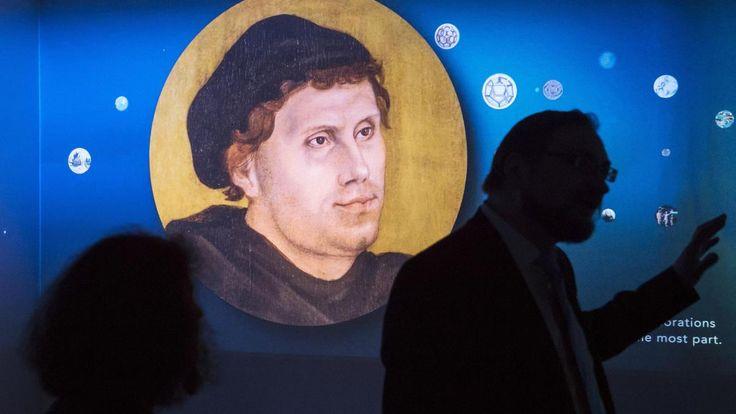 Mit den 95 Thesen begann in Wittenberg die Reformation: Eine große Ausstellung dort zeigt 95 Schätze aus der Welt Martin Luthers und 95 Menschen, die Luther schätzten. Einige sind sehr überraschend.