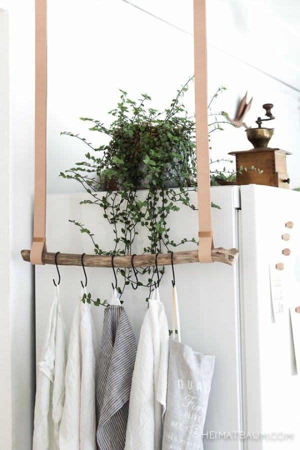 Ideas geniales para colgar nuestros trapos de cocina con una rama y un poco de cuero o cuerda.