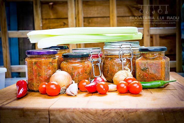 Din ultima recolta pe anul asta, am pus niste rosii cu legume la borcan. Picante cu ardei iute si hrean, numai bune pentru ciorbe sau...