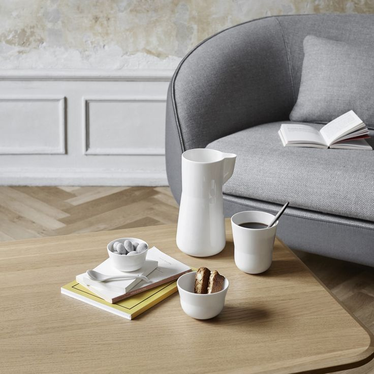 The thin, delicate bone china complements the Kaolin design, which is pure, light and simple.
