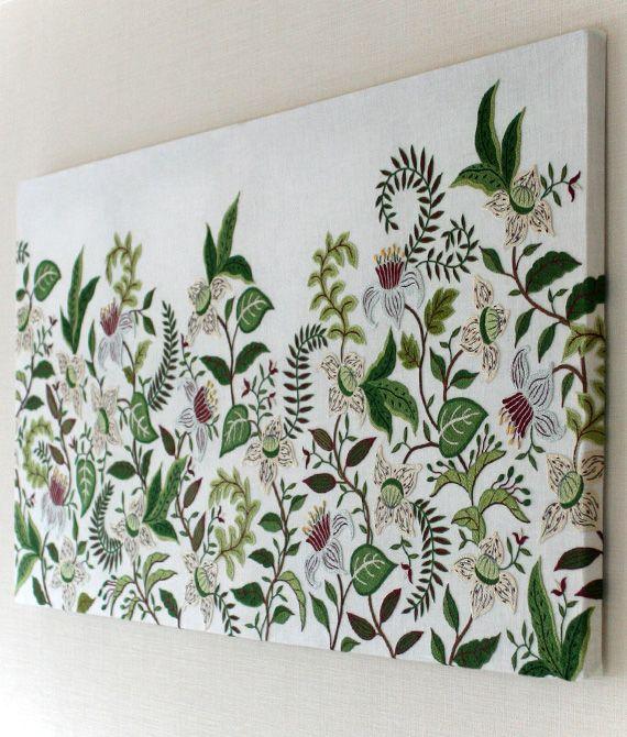 Le travail délicat de broderie de l'artiste japonaise Yumiko Higuchi : toiles, accessoires de mode, sacs et pochettes aux motifs floraux.
