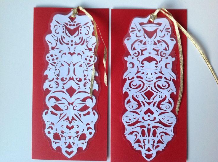 Hvidt fantasiklip,der er lamineret og isat guldbånd, tages af kortet, bruges som bogmærke eller -