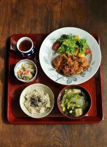 ラム肉とプルーンのトマト煮がメインの献立。色とりどりのサラダが食欲をそそります♪