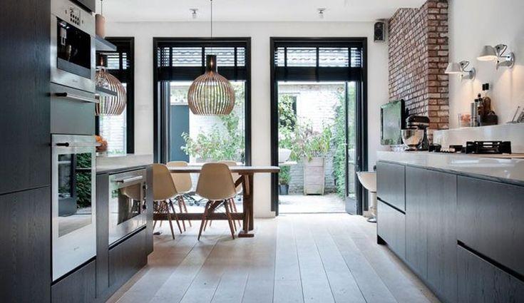 Zwarte keuken met grote ramen... Via Interior Junkie: 8x pronken met grote ramen in huis