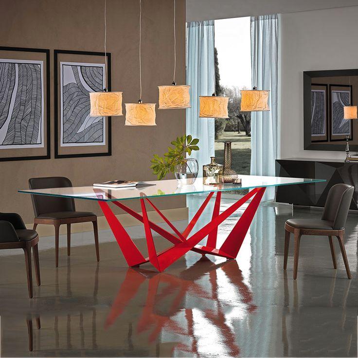 SKORPIO di CATTELAN ITALIA è un tavolo con piano in vetro e basamento in metallo. L'accoppiamento di questi due elementi e la forma del basamento rendono riconoscibile e particolare SKORPIO nel panorama dei tavoli pregiati. Il piano in vetro riesce a ben evidenziare il design e l'abilità costruttive del suo basamento elemento determinante di questo originalissimo tavolo CATTELAN ITALIA.