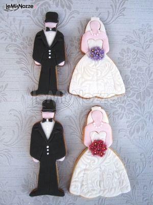 http://www.lemienozze.it/gallerie/torte-nuziali-foto/img9805.html Simpatici biscotti da affiancare alla torta nuziale a forma di sposi