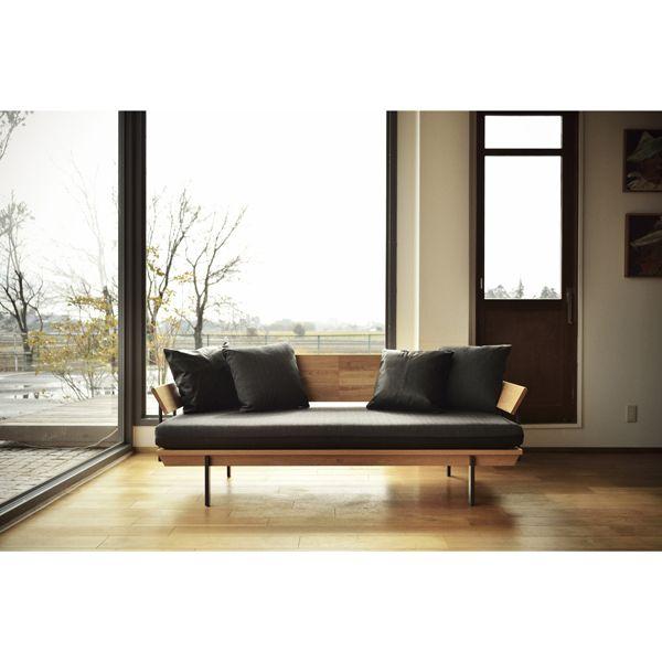 Holz Sofa/ HOLZ(ホルツ)はドイツ語で木という意味があります。  木の節や割れ、染みや白太などいままでの家具製作では使われなかった「欠点」が ビンテージ感のある「表情」として受け止められる時代の空気があるように感じています。 #家具  #北欧  #デザイン #目黒 #インテリア #ソファ #ライフスタイル #カーフ