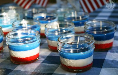 Zelfgemaakte kaarsen van oude vetkrijtjes. Leuk voor een rood-wit-blauw themafeestje of Koningsdag