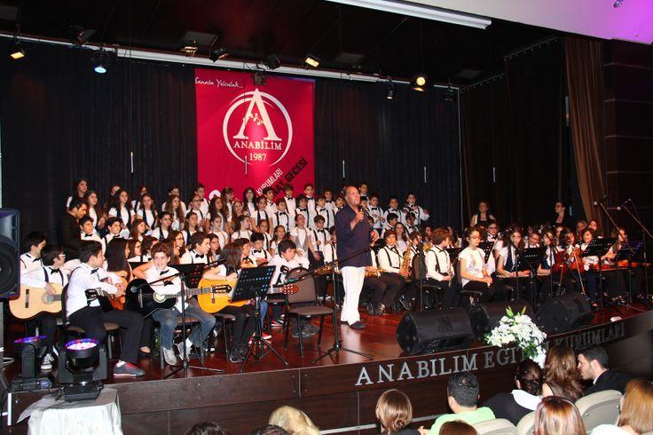 Anabilim Eğitim Kurumları Kültür ve Sanat Gecesi'nde sahne alan Türkiye'nin en özel seslerinden Fatih Erkoç, Anabilim öğrencileri ile nefes kesen dört parçalık bir düete imza attı.