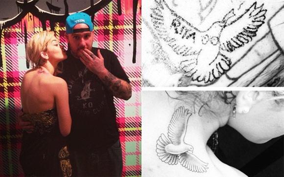 """Para fazer a """"brincadeira"""", Rita teve que desembolsar 2 mil dólares. """"Dele e dela! Ha olha a diferença… É uma vez na vida Rita Ora tattoo HA! #nuncamais"""", brincou a cantora no Instagram."""