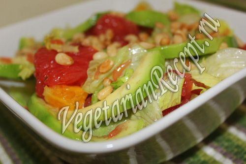 Салат с авокадо и грейпфрутом - кладезь витаминов, очень вкусный, яркий и необычный. Попробуйте обязательно этот салат с грейпфрутом и кедровыми орешками!