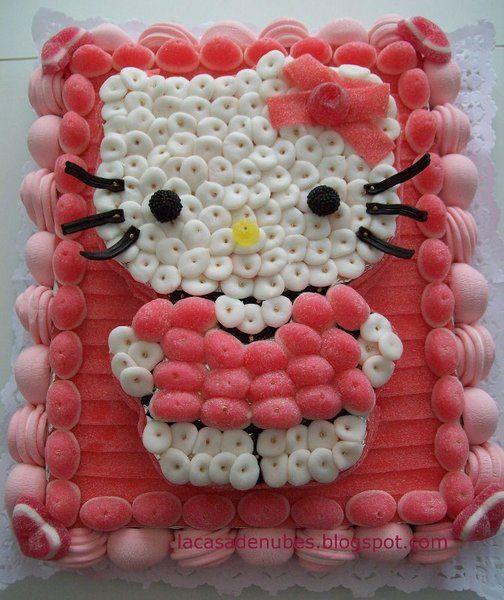 tartas de chuches personalizadas. Hello Kitty hecha con besos de fresa y nubes