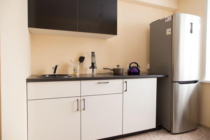 Линейная кухня для небольшой квартиры Маленькая площадь кухни — беда всей семьи. Но выход есть всегда. К примеру, не покупать громоздкий гарнитур на две стены, а отдать предпочтение более компактному варианту. В таком случае у вас останется место для обеденного стола да и в общем, кухня будет выглядеть намного легче. Прекрасно подойдет линейная кухня для студии. Напротив нее можно разместить барную стойку, которая в свою очередь будет не только зонировать помещение, но и выполнять роль…