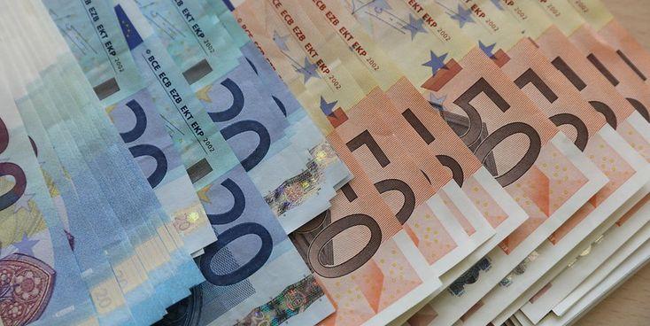 Een vrouw is gisteren beroofd van een tas inhoudende 10.000 euro, twee Nederlandse paspoorten, een Nederlands rijbewijs, een mobiele telefoon, huissleutels