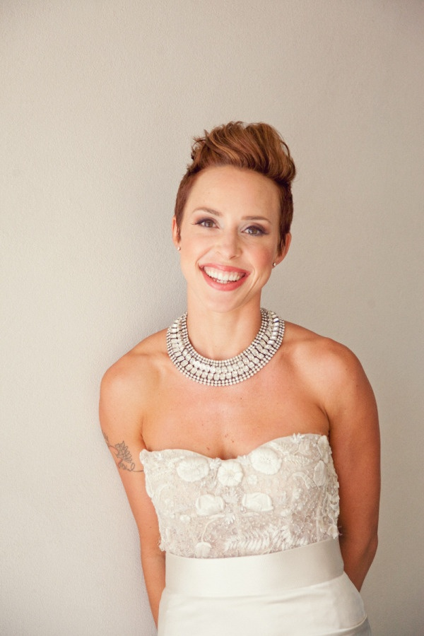 gorgeous short haired Bride in her pretty as can be Monique Lhuillier  Photography by shewanders.com