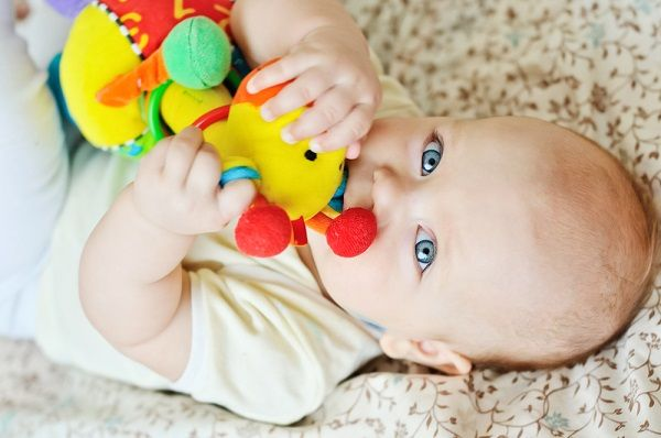 Signs of baby's teething and solutions to help ease the pain