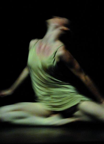 Journal d'Hiver - Cinq danseuses et une voltigeuse interprètent une œuvre très intimiste de Maryse Delente