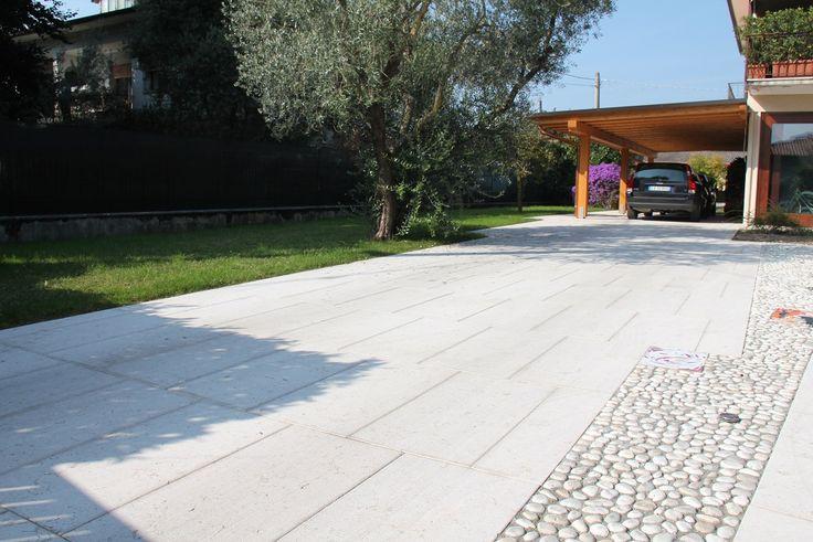 Una pavimentazione per esterno che unisce arte e tradizione in chiave moderna! Ecco come abbiamo integrato delle opere di un artista locale