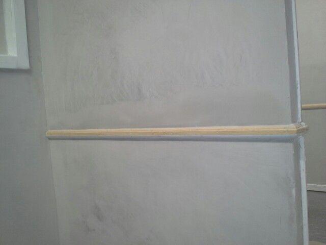 Bue på væggen tæt på vægliste rettet med sandspartel.