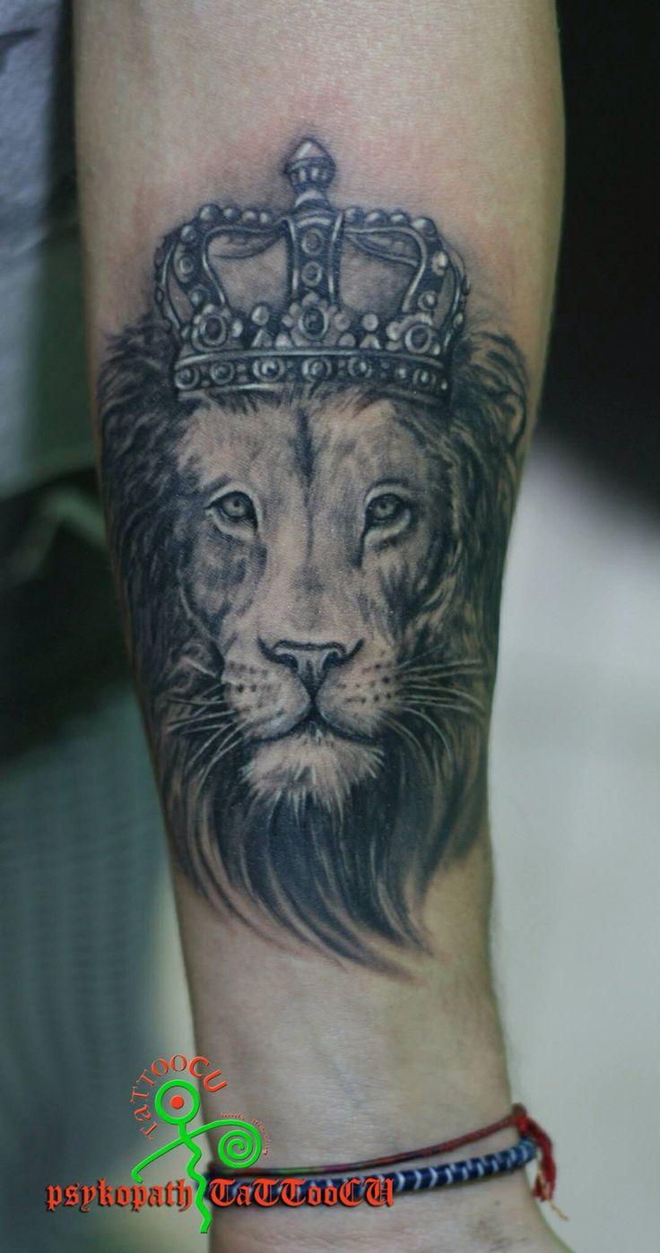 Лев в короне - фото тату