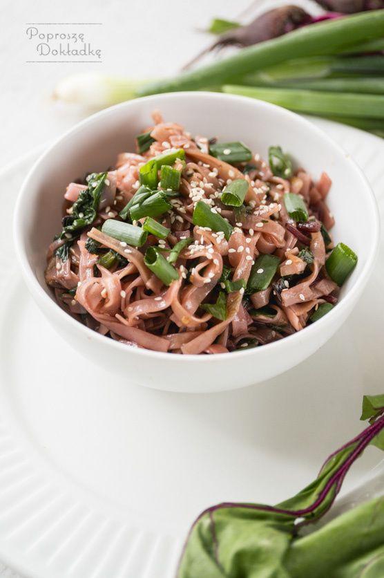 Przepis na makaron ryżowy smażony z botwinką