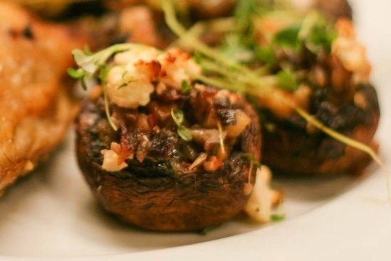 Bagte champignons med fyld af løg, timian og feta