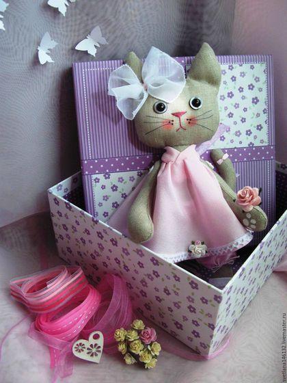 Купить или заказать Кошка Розочка в интернет-магазине на Ярмарке Мастеров. Что навивает нам розовый цвет? Это же солнца закат и рассвет! Розовый также — цвет дикой гвоздики. Сладостных снов розоватые блики! Розовощёкий, здоровый ребёнок: Розовый с детства, с рожденья, с пелёнок! Цвет освежающей женской помады, Розово — белые яблоки сада! А фиолетово — розовый цвет? Это сирени восторг и секрет! Розово — жёлтый торжественный торт! Розовой розы особенный сорт!