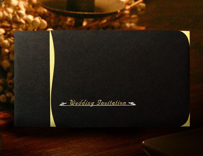 【プレサージュ(ブラック)招待状】とにかく高級感のあるプレサージュ(ブラック)の招待状。ベースの黒紙は紙質がしっかりしていて少しマットな感じがより一層、高級感の漂うものになっています。その紙と合わせてゴールドで光り輝く紙はポイントで使われています。夕方からの結婚式、披露宴などで人気の高いペーパーアイテムです。