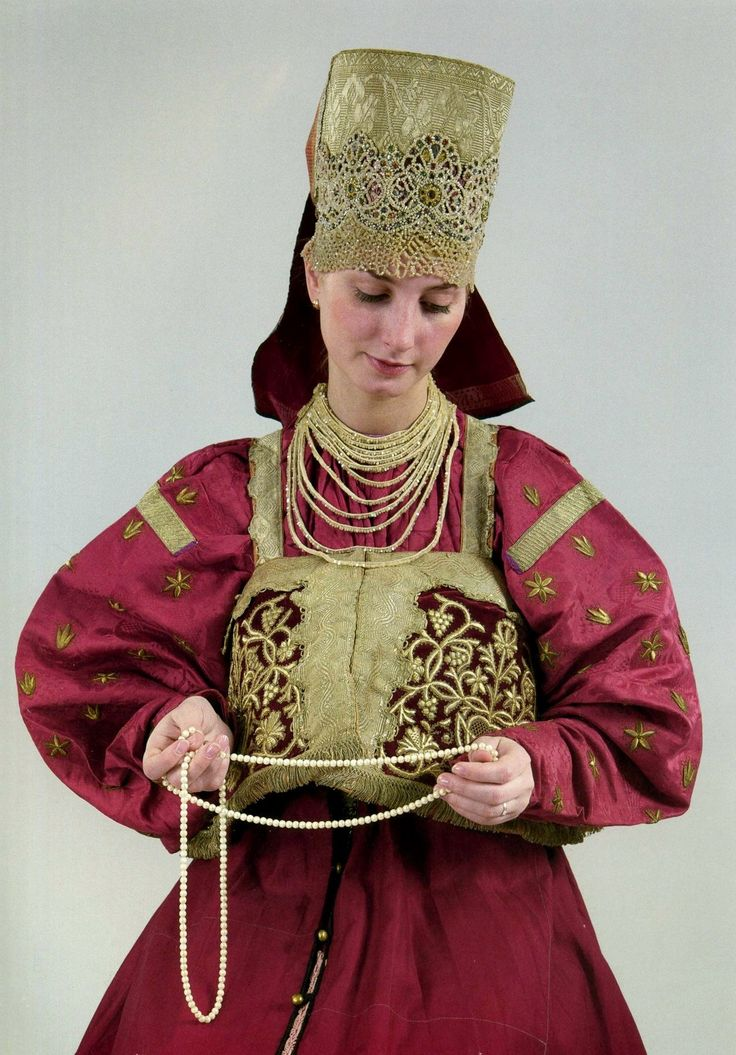 Russian traditional costume. Festive attire and a headband of a young girl from Nizny Novgorod City; first half of the 19th century; State Russian Museum in St Petersburg. #folk #art #textile