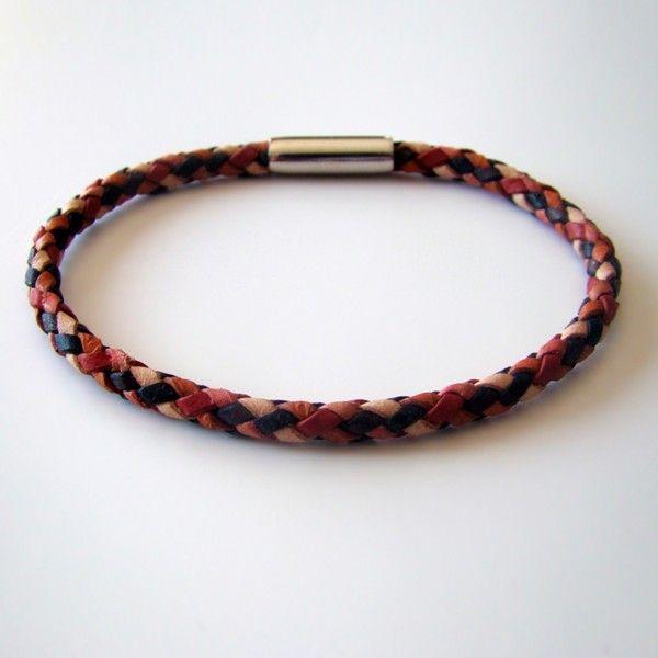 """Bracelet de cuir """"damier"""" tressé à 6 brins. Couleur : patchwork de crème, terra-cotta, orange, rouge, marron et noir. Fermoir magnétique en acier inoxydable."""
