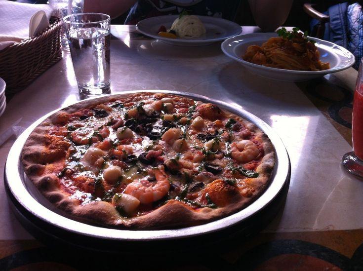 Seafood pizza at Ristorante di Canaletto, Tokyo Disneysea.