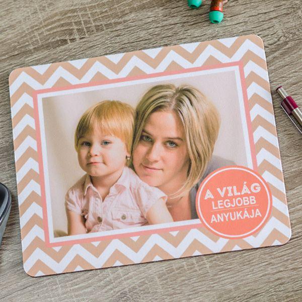 Egyedi fényképes egérpad, mely kiváló ajándék minen édesanya számára. Egy remek közös kép és máris készülhet az egyedi ajándék. A fényképes egérpad mérete 23x19cm, alja gumírozott, felülete textil, vastagsága 3mm.