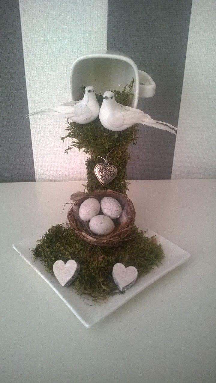 zwevende kop en schotel met 2 tortelduiven leuk als trouw-cadeau en dan in het mos gevouwen bloemen van geld