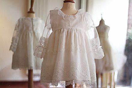 Jolie robe de baptême ou de cérémonie pour petite fille en tulle brodé italien. Corsage avec collerette et manches en dentelle resserrées au poignet par un ruban de satin avec - 20317655