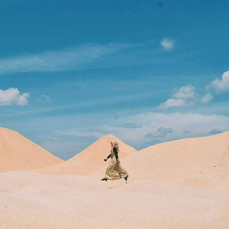 Gurun Pasir Busung di Bintan mendadak hits di kalangan instagramers. Gurun pasir ini bukanlah terbentuk secara alamiah seperti Gurun Sahara di Afrika sana, melainkan lahan bekas aktifitas penambangan pasir yang sudah di hentikan. Buat sobat jalan yang ingin memiliki foto unik dengan background gurun pasir ala-ala, kamu bisa berkunjung ke sini. Location : Gurun PasirBusung Bintan, Kepulauan Riau.  Photo by : @aprizal_ijal  #TukangJalan #PesonaIndonesia #WonderfullIndonesia