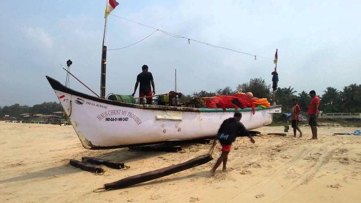 Indie – GOA wyciąganie łodzi rybackiej na plażę