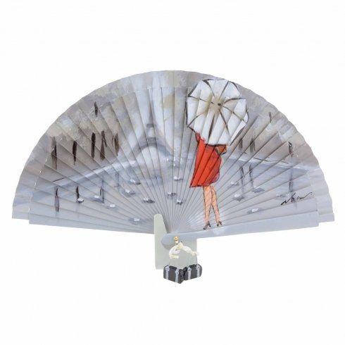 Abanico de diseño vintage madera gris con escena de dama vestida de rojo y paraguas con torre Eiffel de fondo. Pintado a mano por un artesano valenciano y firmado. Detalle de pequeños abalorios