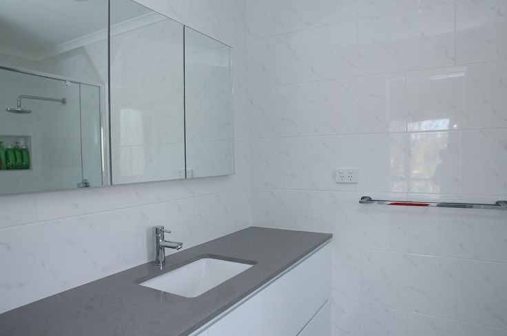 Ensuite renovation / Custom vanity with Quantum Quartz Cloudy Bay and white gloss cabinets