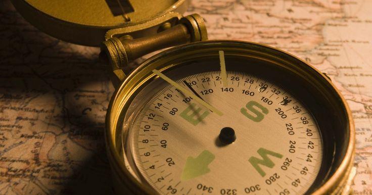 Cómo hacer una brújula casera. Las brújulas indican en qué dirección está el norte porque el polo norte magnético de la Tierra atrae a la aguja imantada de la brújula. No es necesario contar con una brújula integrada por profesionales para poner a prueba la teoría detrás de las brújulas. Crea una brújula con artículos de uso doméstico para demostrar cómo funciona el magnetismo.