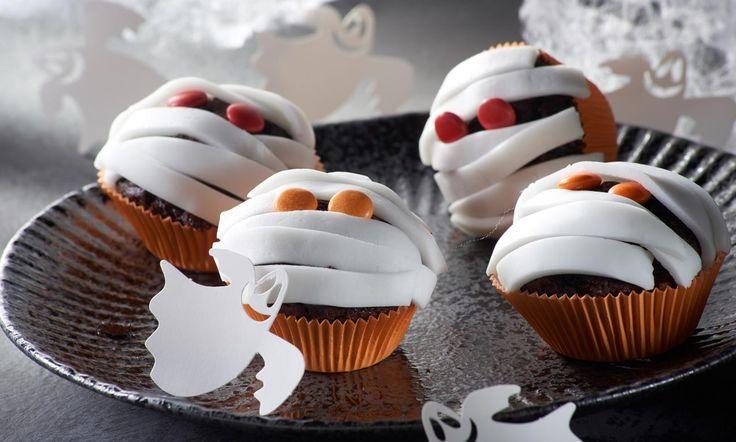Mumien-Muffins Rezept: Marmor-Muffins mit gruseliger Fondantdekoration - Eins von 7.000 leckeren, gelingsicheren Rezepten von Dr. Oetker!