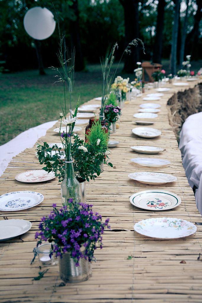 Morning by foley / la bonne idée , bottes de foin+canisses = table de mariage #table #mariage