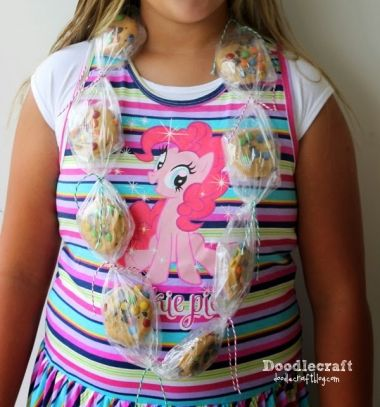 Cookie necklace (cookie lei) - fun edible gift idea // Sütinyaklánc - egyszerű gasztroajándék ötlet // Mindy - craft tutorial collection // #crafts #DIY #craftTutorial #tutorial
