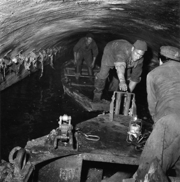 Les égouts de Paris  1955 |¤ Robert Doisneau | 27 novembre 2015 | Atelier Robert Doisneau | Site officiel