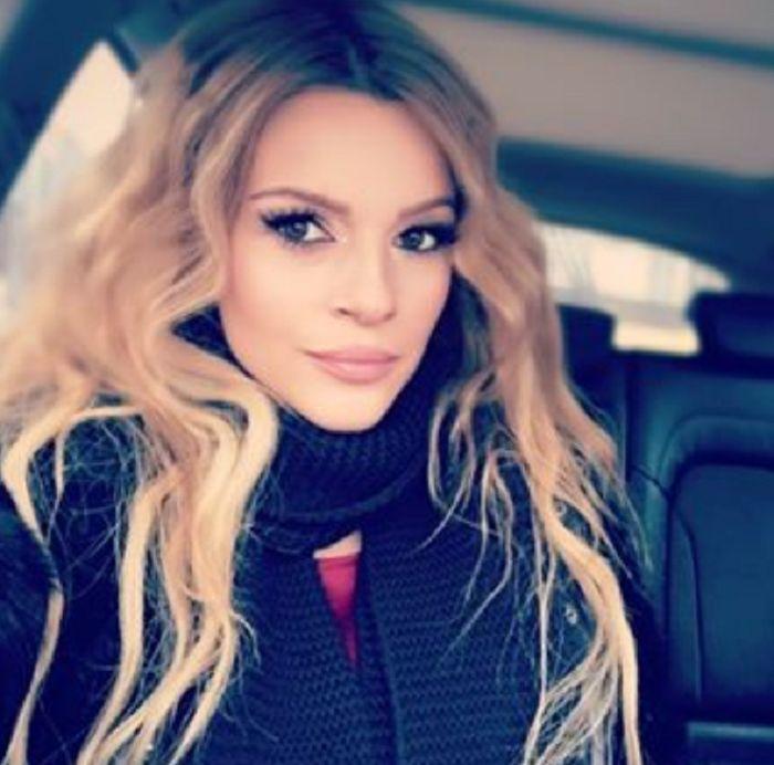 """Jelena Kostov koja je u osmom mesecu trudnoće, objavila je ime svog mezimca.  Naime, ona je na društvenim mrežama objavila svoju trudničku fotografiju i u opisu otkrila ime.  """"Milija"""", napisala je kratko Jelena.    Podsetimo, pevačica i njen suprug Miljan Vuković nedavno su se tajno venčali.   #jelena kostov"""