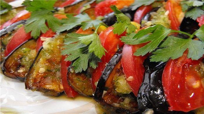 Баклажаны по-турецки с перцем и мятой, приготовленные дома, замечательно впишутся в меню семейного ужина и украсят любое праздничное застолье.